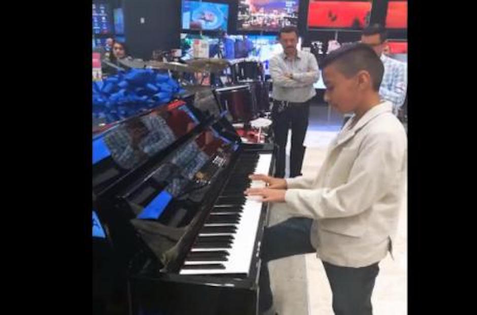 Niño prodigio toca el piano en Liverpool.
