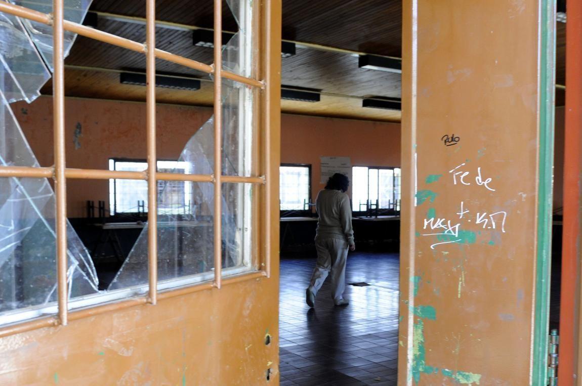 Roban escuela 40 veces: sin agua, luz ni muebles siguen dando clases