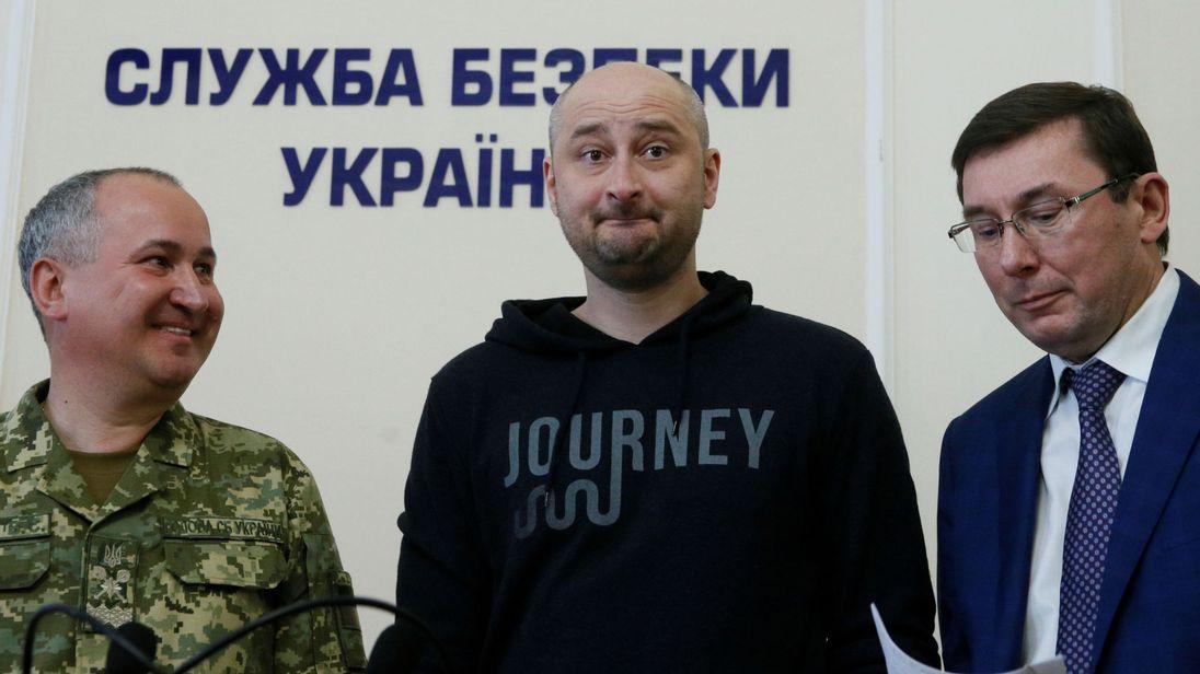 Periodista reportado muerto regresa a declarar en Ucrania