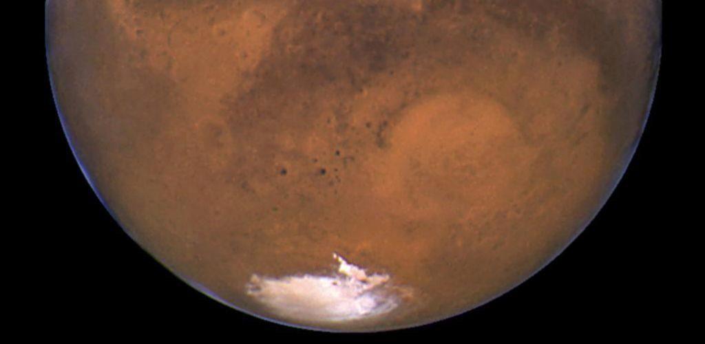 Hallan masa de agua líquida bajo el hielo de Marte