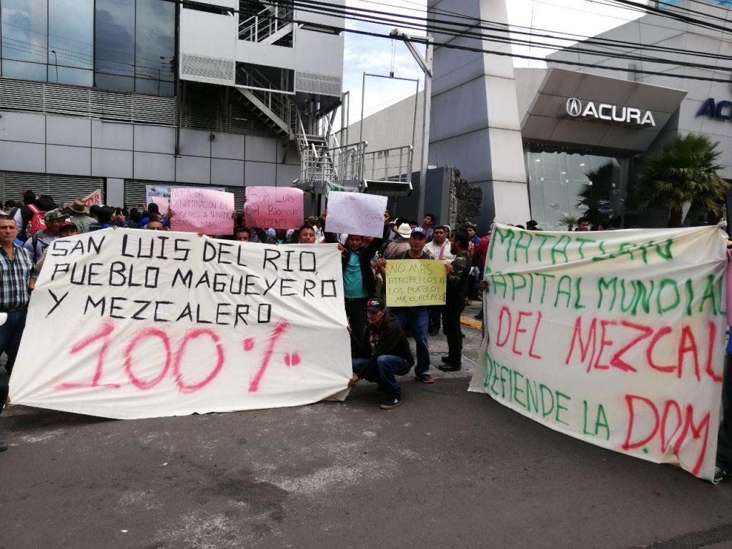 Mezcaleros protestaron frente al IMPI cambios en denominación de origen del Mezcal