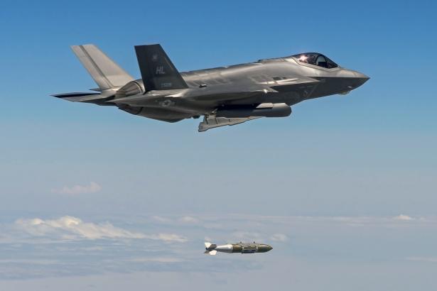 Avión de combate cae tras su primer vuelo