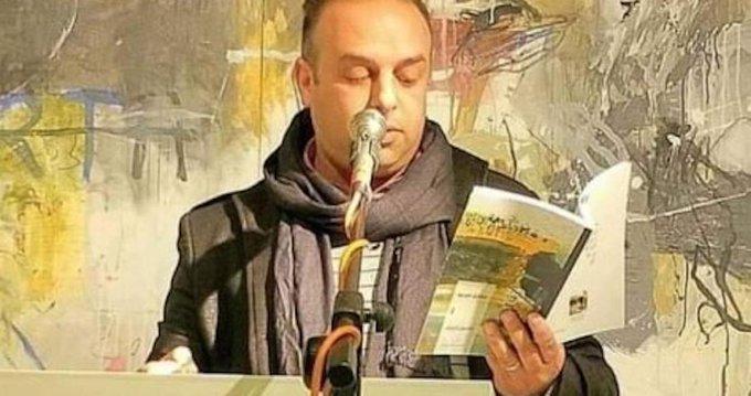Poeta muere electrocutado por micrófono defectuoso