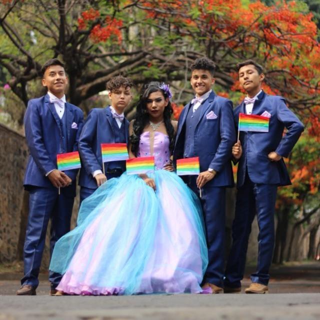 Joven LGBT vence prejuicios y festeja sus XV