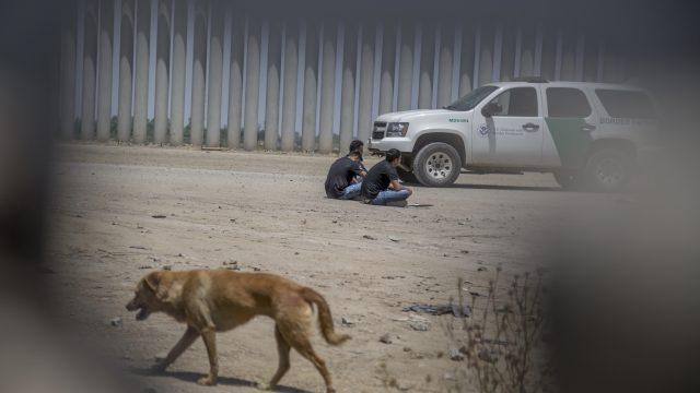 Trump ordena disparar a migrantes en las piernas