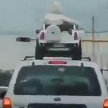Niños viajan en el toldo de una camioneta en Zapopan . (Imagen:Twitter)